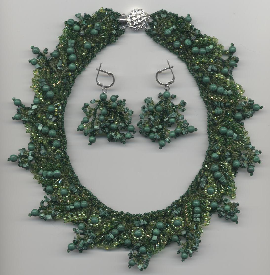 Изумительные украшения из бисера в сочетании с янтарем, аметистом, гранатом, малахитом, кораллами.